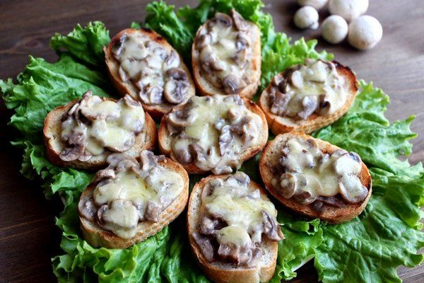 Быстрые горячие бутерброды с грибами и сыром