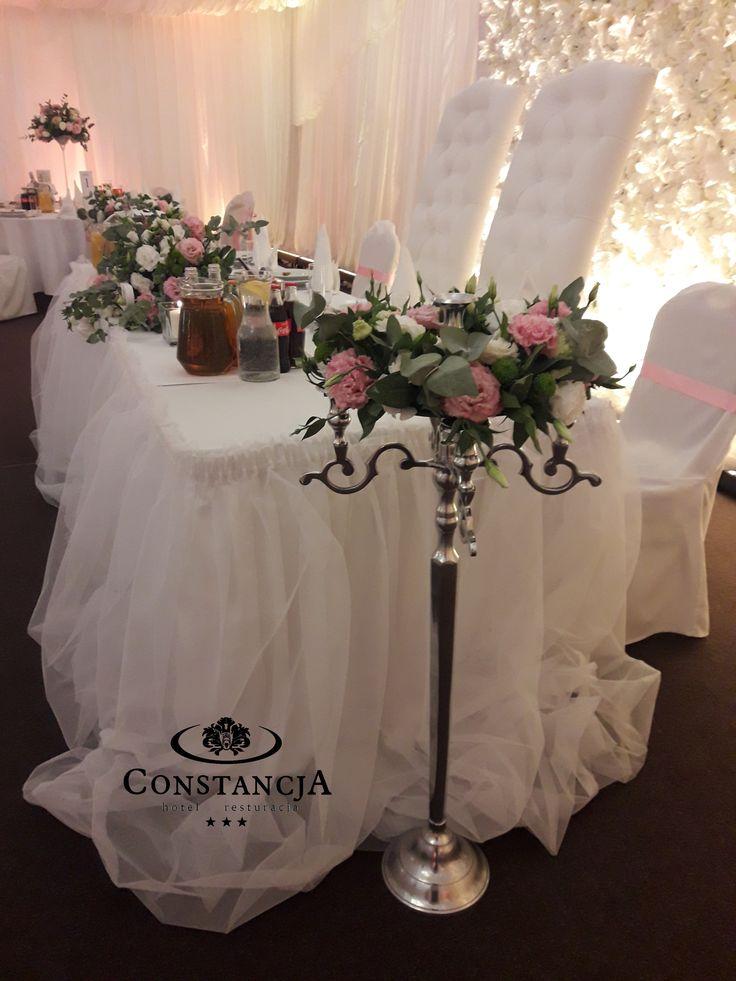 Kandelabry, wianek, tiul ścianka kwiatowa, wesele w maiocie