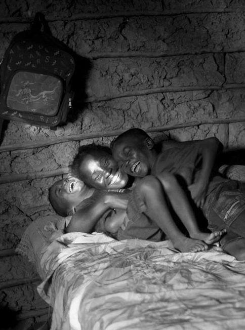 Mãe e filhos, imagem de João Roberto Ripper clicada em 2009 no Quilombo São Raimundo, em Alcântara, MA