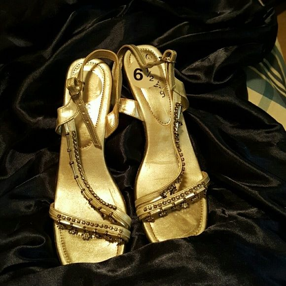 Ladies silver shoes with stars worn 1x to wedding Formal wear comfortable & stylish Shoes Heels