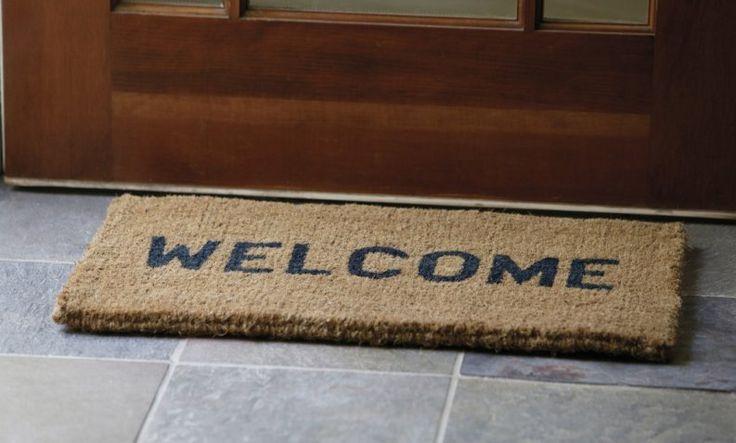 Todas estamos siempre buscando el equilibrio perfecto entre tener una casa que luzca impecablemente limpia y ordenada, al tiempo que invertimos menos tiempo y esfuerzo limpiando y ordenando.Y si bien la mayoría de los trucos consisten en limpiar de determinada manera o con ciertos productos, hoy nos vamos a concentrar