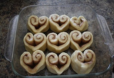 What a cute idea for Valentine's Day cinnamon rolls!