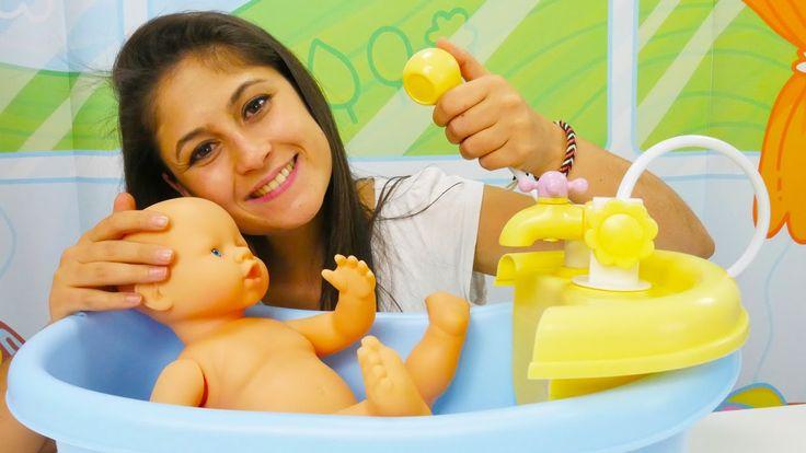 Oyuncak bebek banyo yapıyor. Ayşe oyuncak bebek banyosu ve Gül'le oynuyor
