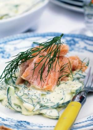 Varmrøget laks med agurk i ravigottecreme | Magasinet Mad!