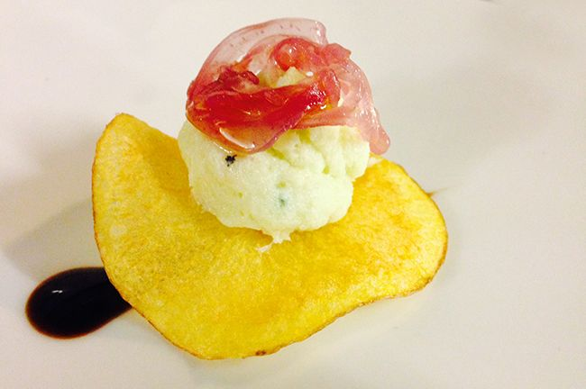 Il menù di Natale_Chips di baccalà con cipolle al sale e ristretto di balsamico   Food Loft - Il sito web ufficiale di Simone Rugiati