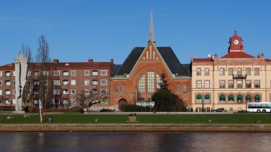 Längs Nissan i centrala stan. Immanuelkyrkan och Picassostatyn.