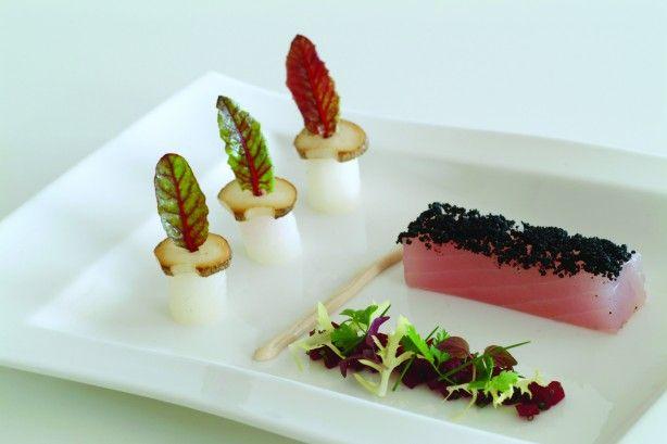 Rauw gemarineerde Albacore Tonijn met zwart sesamzaad, een salade van rode bietjes, gebakken eekhoorntjesbrood en geglaceerde aardperen met tonijnmayonaise.