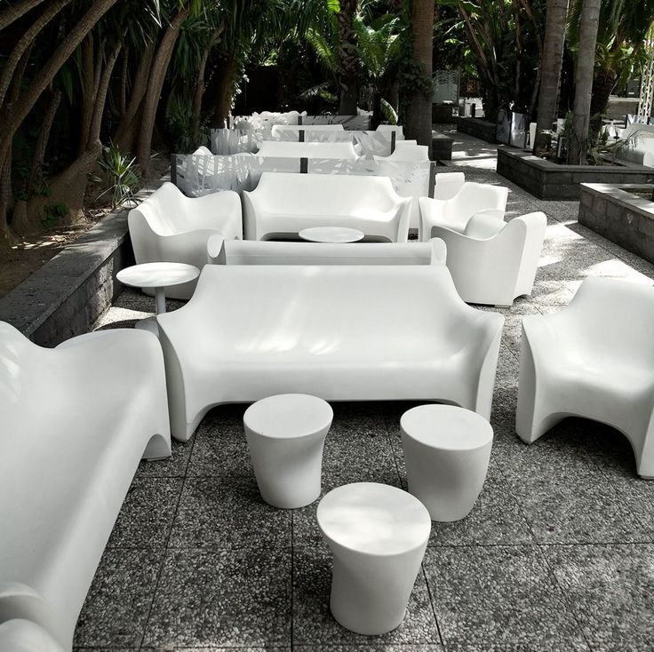 Il divano Tokyo Pop, progettato dal designer Tokujin Yoshioka per Driade, si ispira alle curve del corpo umano, favorendo un appoggio ottimale grazie alla forma e alle linee fluide. Abbinato in foto alla Poltrona Tokyo Pop.