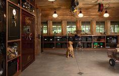 garagem-do-caçador-feita-de-madeira-com-cofres-para-armas-Murphy & Co Design Foto por Susan Gilmore