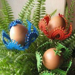 V tomto případě jsem skořápky opět ponechala v jejich původní barvě, navlékla jsem je na špejle, nahoru jsem umístila kytičku ze šesti much (je uvnitř přivázaná ke špejli) a pod vajíčko jsem navlékla barevnou krajkovou růžici. Tu jsem dole zafixovala ...
