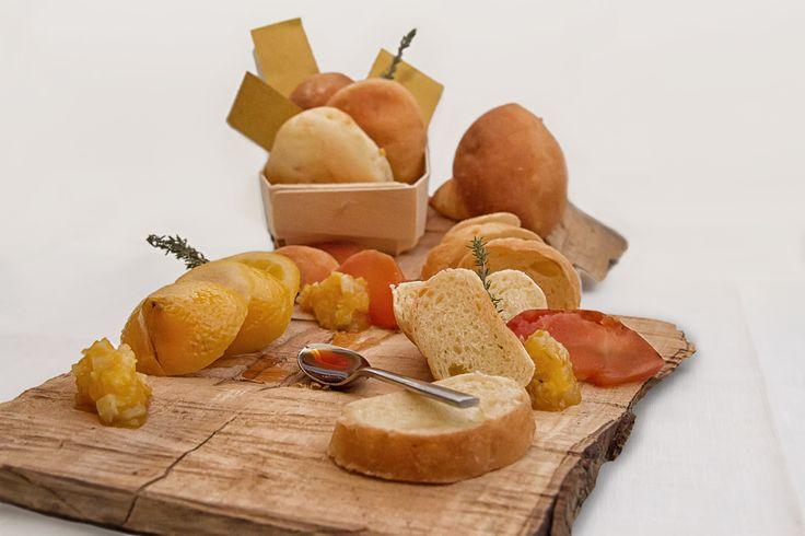 #RICETTA: Pane briosciato alla #composta di #mele, #limone e #miele - 500 g di farina, mezzo panetto di lievito di birra, prima sciolto in 220 g di latte tiepido, aggiungere 30 g di zucchero, 5 g di sale, un uovo e impastare; aggiungere infine 120 g di composta. Far lievitare per un'ora al caldo, formare quindi dei panini di forma sferica, adagiarli su teglie rivestite di carta da forno, far lievitare ancora e cuocere a 190° per circa 10 minuti.