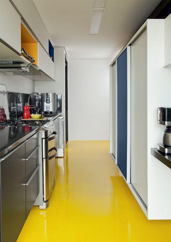 Praticidade em alta. Resina epóxi amarela (ESP) recobre o piso da cozinha: sem juntas, o acabamento agiliza a limpeza.