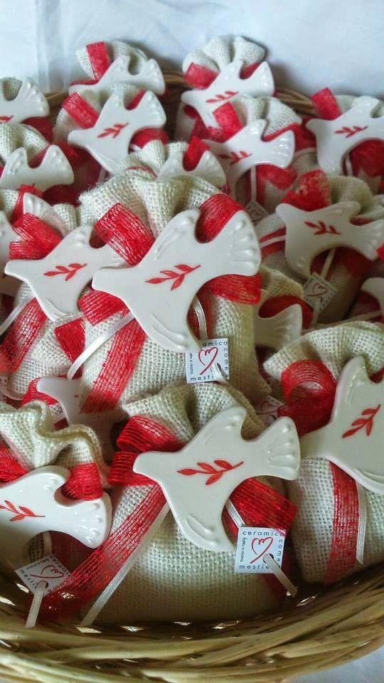 ceramica come mestiere: Magnete a forma di colomba con decoro di ulivo. Bo...