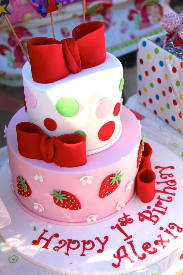 gâteau d'anniversaire pour bébé fille décoré de rubans, pois et fraises