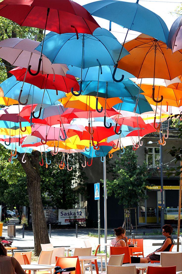 Así sombrean las calles en verano en #Varsovia ¡Bien de color! #Polonia #OneTwoTrip
