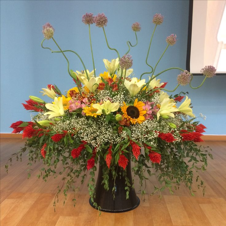 2017.6.18. This week's church flower decoration. Sunflowers and lilies.