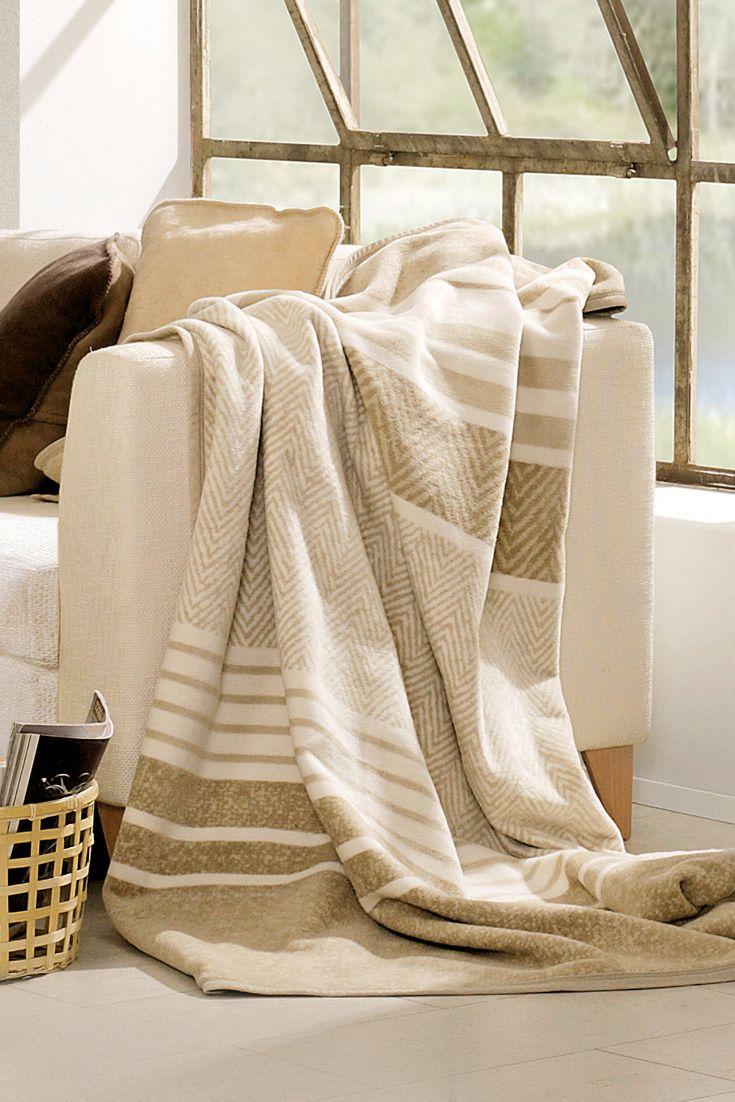 """Unsere Baumwoll-Plüschdecke """"Cotona-Tierra"""" aus besonders anschmiegsamer und flauschiger Bio-Baumwolle. Zurückhaltende, harmonische Erdfarben passen sich perfekt jeder Umgebung an. Nimm Dir Zeit für ein gutes Buch unter einer kuschelig, warmen Decke."""