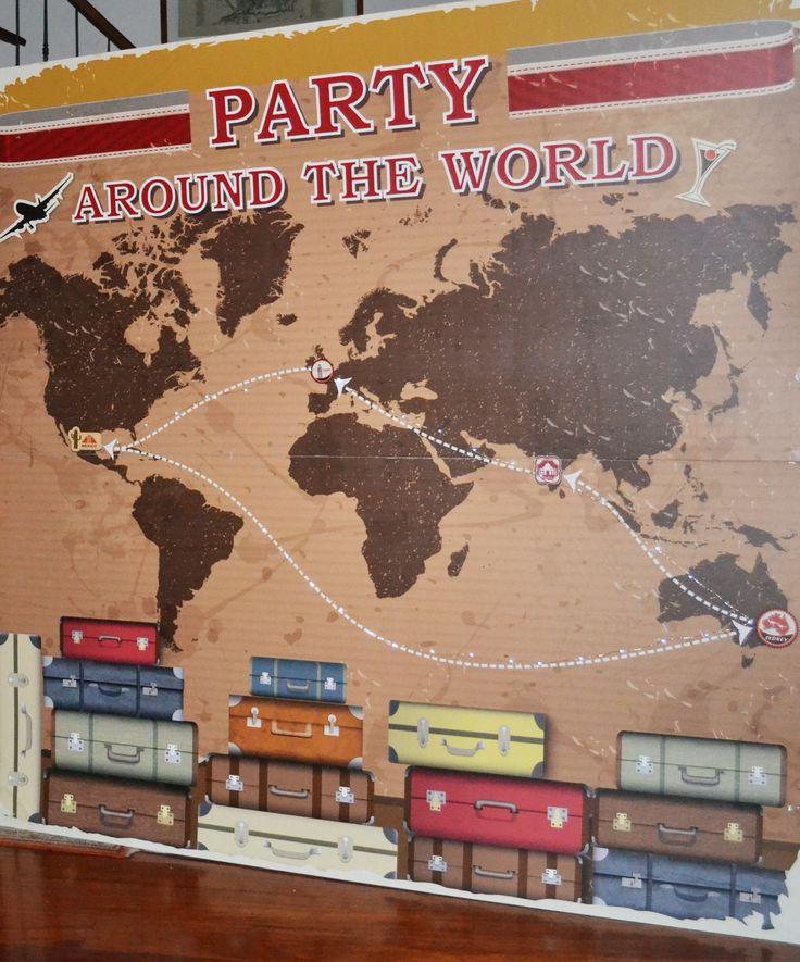 Un grande pannello all'entrata del party raffigurante una mappa del mondo con il percorso del nostro viaggio