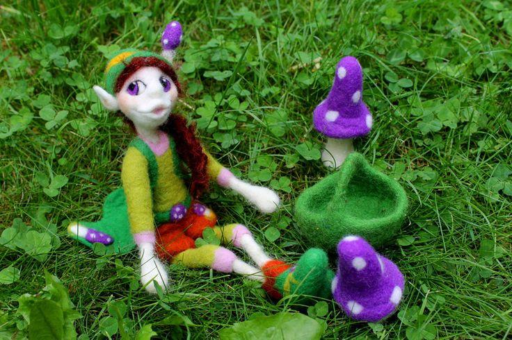 gefilzte Elfe: Miranda beim Pilze suchen von Frau Brunsels Filz auf DaWanda.com