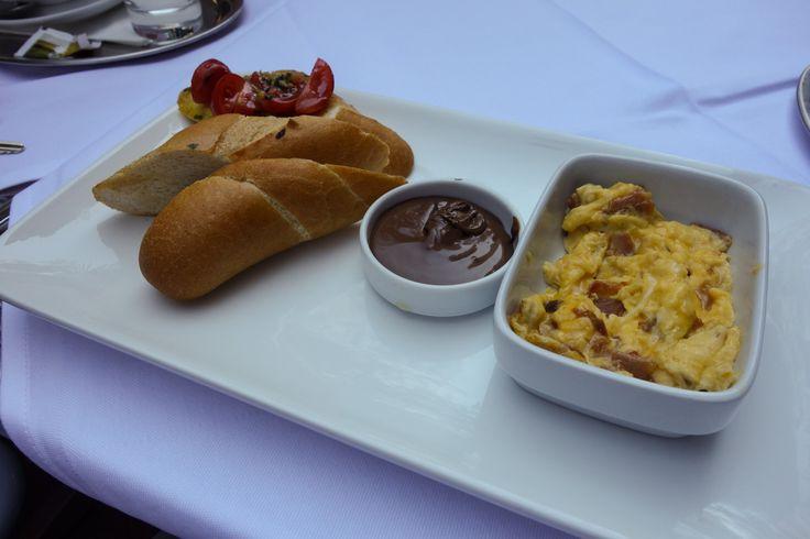 bruschetta, scrambled eggs with prosciutto, chocolate spread | photo credit: robert | www.diefruehstueckerinnen.at