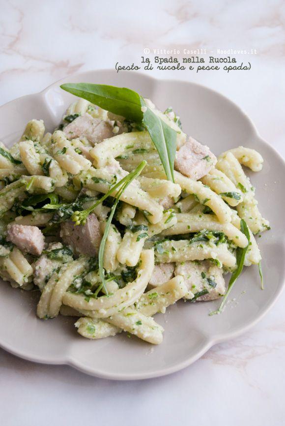 """""""La Spada nella Rucola"""" ovvero pasta al Pesto di Rucola (in due modi) e cubotti di pesce spada scottato in purezza Ottima, non ci sarà bisogno di lavare i piatti dopo! Perfetta da portare in spiaggia o ad un pic-nic.  La ricetta su http://noodloves.it/pasta-pesto-di-rucola-pesce-spada/ #Pasta #PesceSpada #Pesto #Rucola #Coltello #LaSpadaNellaRoccia #Ricetta #Estate #PastaFredda #Buonissima #SoloCoseBelle #SoloCoseBuone #PastaLover #FoodLovers #PrimoPiatto #Spiaggia #PicNic"""
