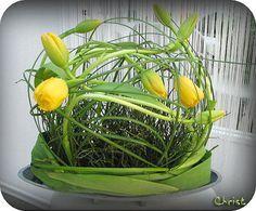 Bloemstuk met gele tulpen zorgen voor lentesfeer in de huiskamer bloemschikken tulp bijsnijden