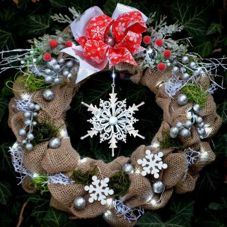 Vánoční+věnec+Hvězda+s+LED+osvětlením+Vánoční+věnec+na+dveře+nebo+do+interiéru+v+moderním+stylu+s+krásnou+třpytivou+hvězdou+,+kombinace+juty,+umělých+květin+a+ozdobných+komponentů.+Vzhledem+k+použitému+materiálu+vám+tento+věnec+vydrží+na+několik+sezón.+je+opatřen+LED+světýlky+na+3+AA+baterie+Použité+barvy:+viz.+foto+Rozměry:+38+cm+Materiál:+textilie,...