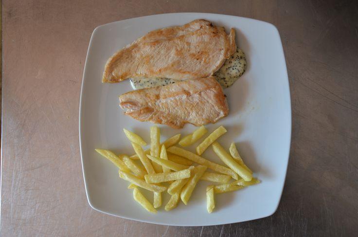 Pechuguitas de pollo con salsa de queso y albahaca