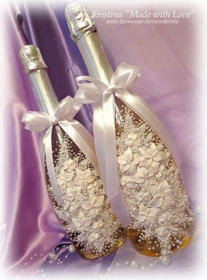 Свадебное шампанское `Лебеди`. Свадебные бутылочки шампанского украшены бусинами, чешским бисером и цветами ручной работы, выполненные из запекаемой полимерной глины (не боятся времени и воды). Стоимость указана за оформление двух бутылочек.
