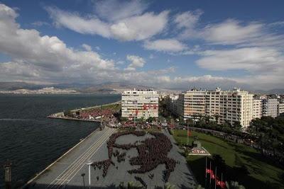 10 Kasım 2012 2400 İzmirli Atatürk Portresi İçin Bir Araya Geldi   Sizin Siteniz