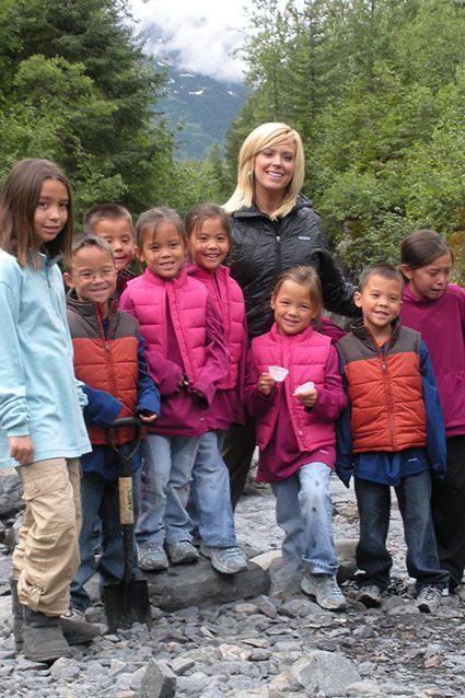 Kate Gosselin Reality star Kate Gosselin had eight children with husband Jon Gosselin. The couple filed for divorce on June 22, 2009, and the divorce was finalized in December 2009. E! Online reported in July that the mom of eight is looking for love in a new dating series, that has yet to find a network.