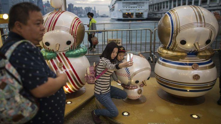 HONG KONGUna mujer y una niña se hacen un selfi en una instalación decorada con motivo de la Navidad en el exterior de un centro comercial en Hong Kong, China, hoy, 20 de diciembre de 2016. EFE/Jerome Favre