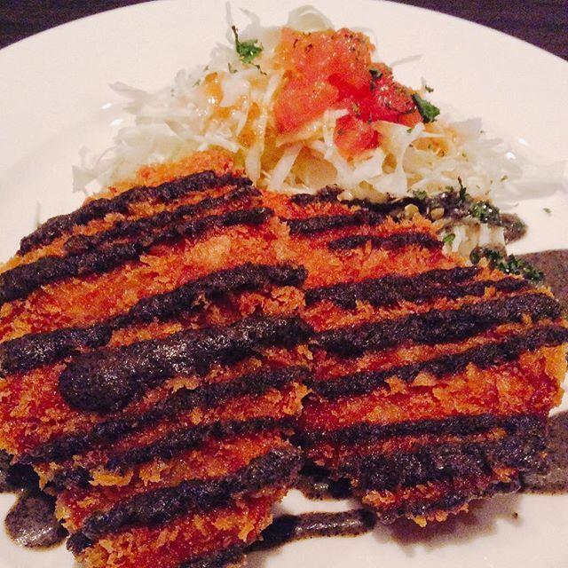 本日もお仕事お疲れ様です!! 菜やの本日の肉ランチは豚ヒレ肉のカツレツです🍖🍖🍖 脂肪の少ないヘルシーな豚ヒレをサクサクに揚げた食べ応えのあるヒレカツです🍴 ソースは黒胡麻の香り豊かなガーリックソースを合わせますので食感と香りを楽しめる一品です😌 #茅場町 #diningbar #bar #ダイニングバー #肉 #アサヒ #キリン #スーパードライ #一番搾り #ハードシードル#駅近 #焼酎ボトル #個室#ランチ#宴会#パーティー#ハッピーアワー#ワイン#カクテル#団体#日本橋