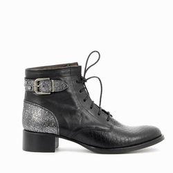 LOUISE : Un vent d'originalité souffle sur les chaussures plates à lacets pour femmes. Des incrustations de bijoux, une bride en cuir métallisé assortit au contrefort, une pointe en cuir texturé ... #boots #bottines #talons #heels #cuir #fashion #fashionista #shoes #shoeslover #shoesaddict #murattiparis #murattifashion #newcollection #ah2016 http://www.muratti-paris.com