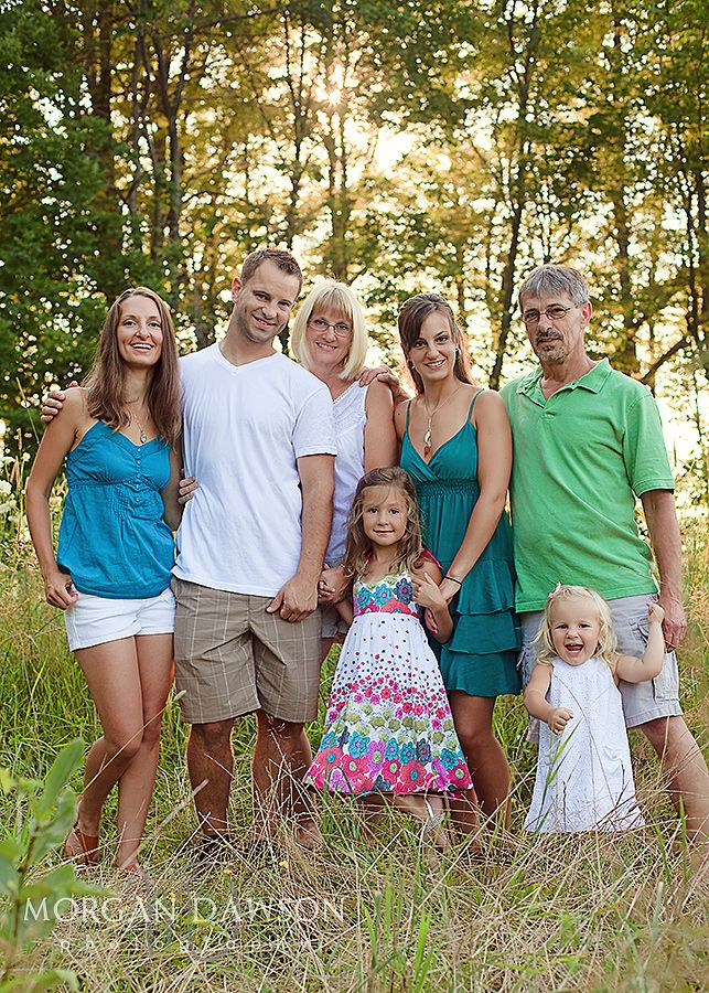 good tip for coordinating an extended family photo shoot - choose a colorful dress for the little girl and choose coordinated colored outfits for other family members