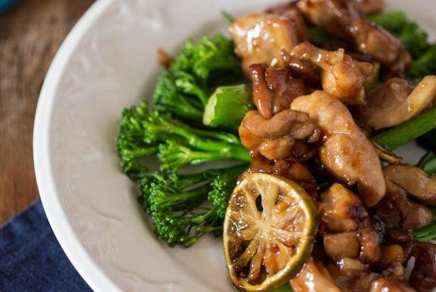 Dit grandioos lekkere receptje komt uit het nieuwe boek van Donna Hay. Een heerlijk snel kipgerecht waar je eigenlijk meer van moet maken dan aanggeven staat, omdat het gewoon zo lekker is dat je stiekem nog veel meer wilt eten. Lekker makkelijk ook, want je maakt een sausje van limoensap, gember, knoflook, water en oestersaus en dat bak je mee met heerlijk malse stukjes kip. Hierdoor wordt je kip lekker kleverig en zacht van binnen. Klinkt toch fantastisch?