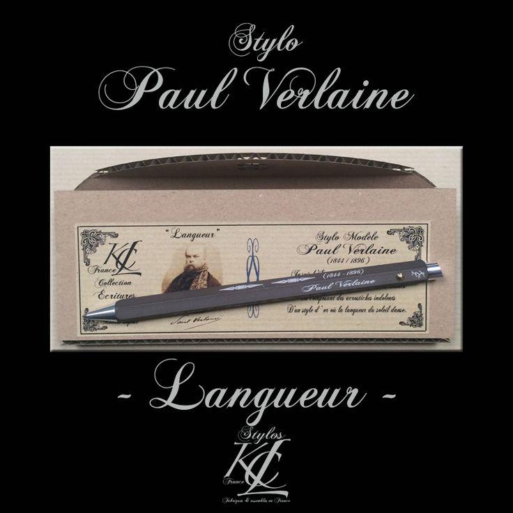 Stylo Modèle « Paul Verlaine »  - Extrait du poème  « Langueur »  gravé sur les faces du stylo. Extrait gravé :  «Je suis l 'Empire à la fin de la décadence, Qui regarde passer les grands Barbares blancs En composant des acrostiches indolents D'un style d ' or où la langueur du soleil danse. » Fabriqué en France par KCL