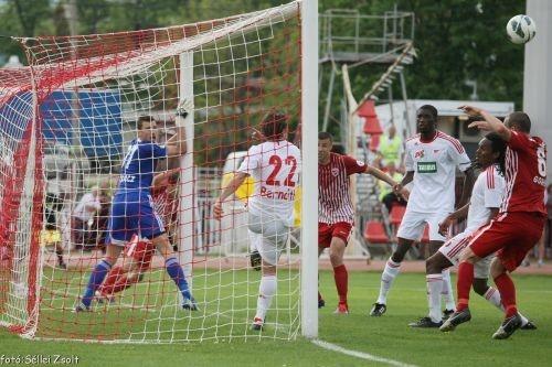 Paco Gallardo fejesét már a gólvonal mögül húzta ki a debreceni csatár. DVTK - DVSC 3-3 (1-1)