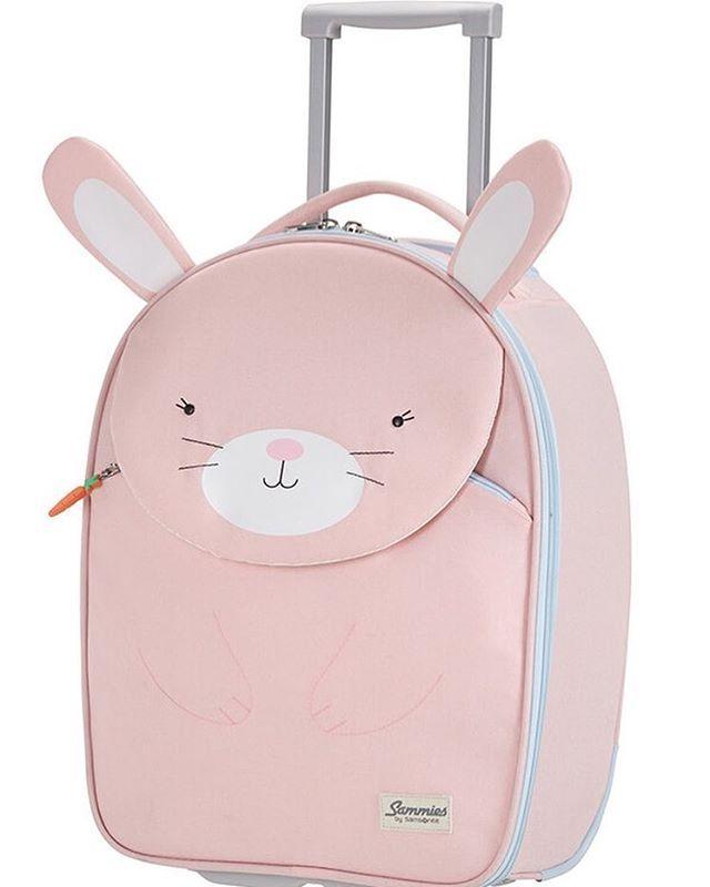 Huomasin edelliseltä reissultamme että jo pienikin lapsi pakkaa mielellään omia tavaroitaan mukaan lomamatkalle. Etenkin unilelut ja iltasatukirja ovat tärkeitä. Samsoniten todella suloinen uusi matkalaukkumallisto lapsille hurmasi minut muuten ihan täysin, niistä kuvan vaaleanpunainen pupu on suosikkini! Entäs tuo pikkuporkkana? Ajattelin heti siskontyttöäni, hän rakastaisi tätä • • • #matkalaukku #lapselle #lapsille #tytölle #vaaleanpunainen #pupu #loma #lomamatka #forgirl #pink #blushp...