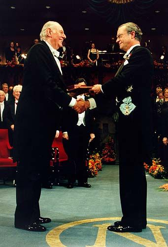 Dario Fo receiving his Nobel Prize from the hands of His Majesty King Carl XVI Gustaf of Sweden at the Stockholm Concert Hall, 10 December 1997. - Get Dario's biography (updated to 2013) in Italian at http://www.ledizioni.it/prodotto/joe-farrell-dario-e-franca-la-biografia-della-coppia-fo-rame-attraverso-la-storia-italiana/