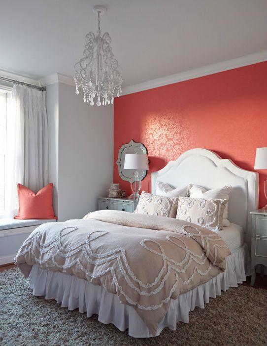 Коралловая стена в изголовье кровати.