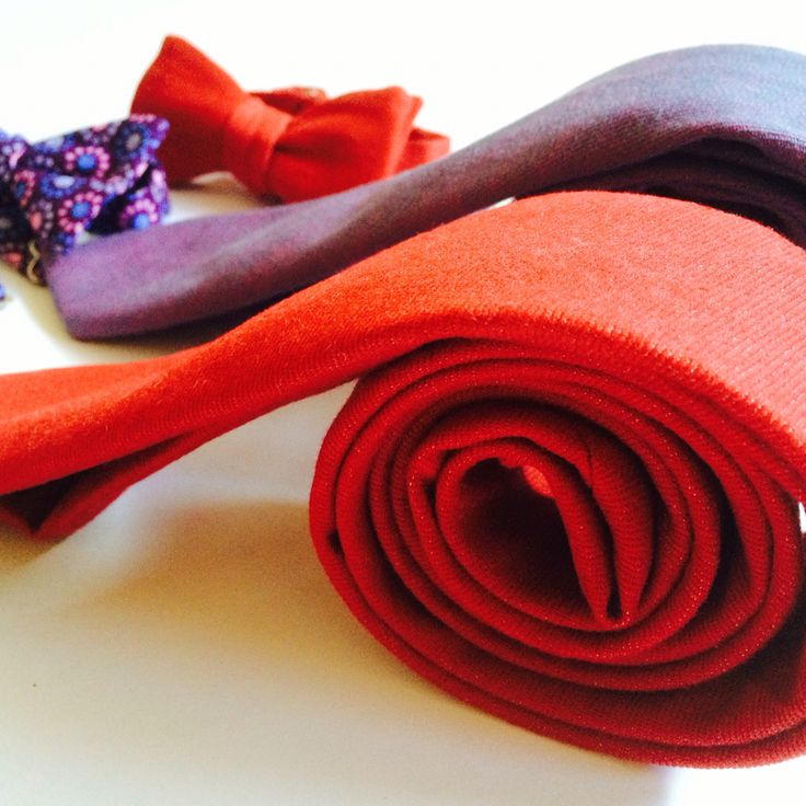 Denim slim ties in red and purple. Perfect to brighten your outfit.