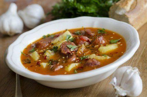 Острый испанский суп с колбасками - Ингредиенты: Куриный бульон — 4 л Картофель — 4-5 шт. Помидоры — 1-2 шт. Колбаски охотничьи — 3–4 шт. Чеснок 1–2 — зубчика Свежая зелень Болгарский перец — 1 шт. Лук — 1 шт. Паприка Специи