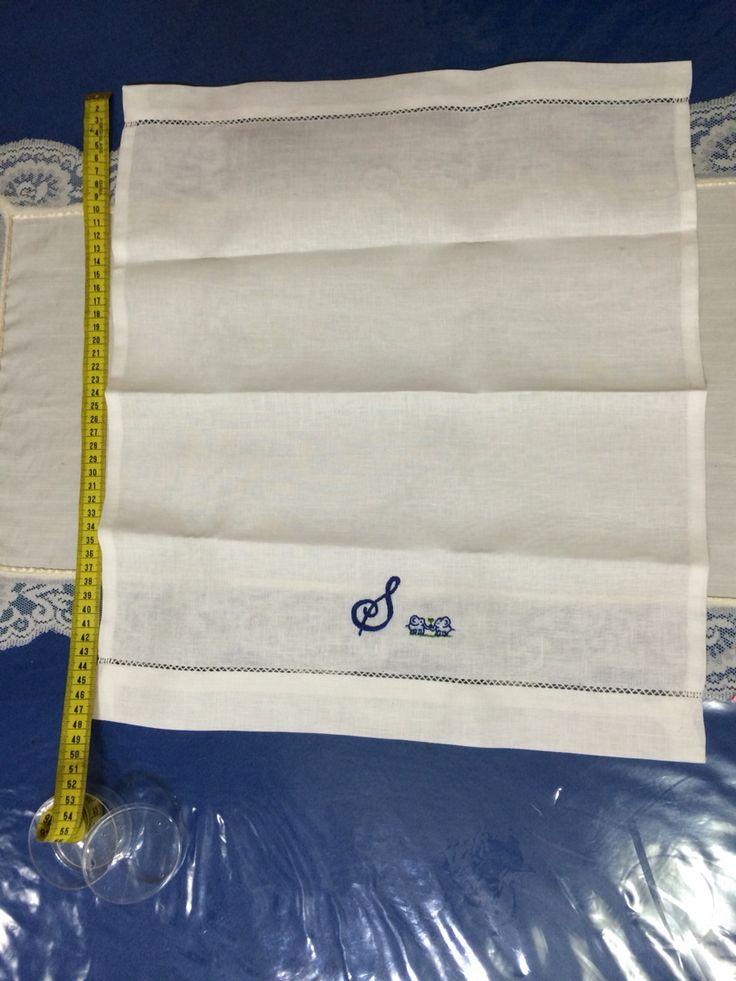 Asciugamani piccola con iniziale e disegno personalizzabile. Colore è tipo di lino a vostra discrezione.  Vedi profilo Instagram e Facebook ( Nonna Rosalia Ricami )
