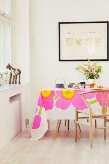 大きなピンクのウニッコ柄。小さな柄はお料理の邪魔になりがちなので、テーブルクロスに使うのは大柄のものがオススメですよ。