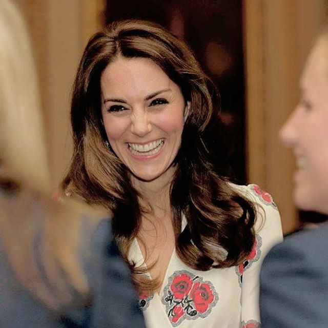 Kate broke into a fit of giggles as she spoke to the Team GB women's hockey team at the Buckingham Palace reception today October 18,2016. . cutie.♡ .