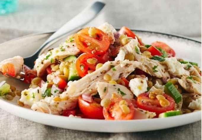 Une salade simple, copieuse qui ne nécessite pas de cuisson, composée de lentilles et poulet maigre cuit mélangés aux tomates, au fromage feta et arrosée d'une vinaigrette fait maison, facile à réaliser. Une salade riche en protéines et en fibres. | Le Poulet du Québec
