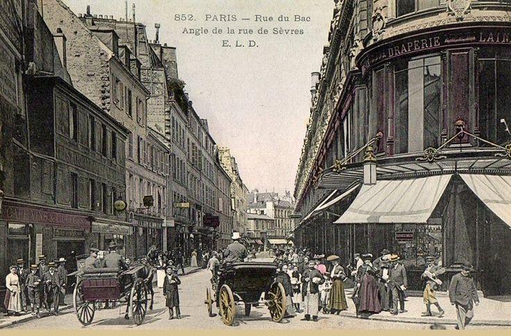 La rue du Bac à l'angle de la rue de Sèvres, vers 1900.