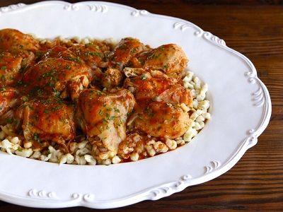 Паприкаш из курицы - традиционное блюдо венгерской и австрийской кухни. Кусочки курицы для этого блю...