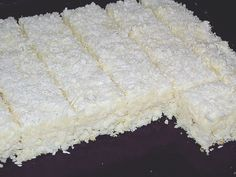 Reteta culinara Prajitura cu ananas si fulgi de cocos din categoria Dulciuri. Specific Romania. Cum sa faci Prajitura cu ananas si fulgi de cocos